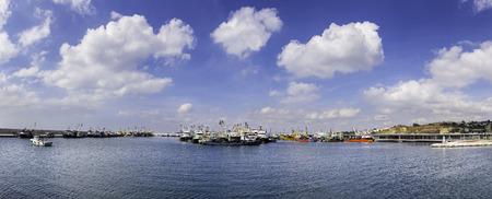 Panorama-Blick auf Fischtrawler und Fischerboote in neuen Beylikduzu Fischereihafen in Istanbul Türkei Standard-Bild - 47416040