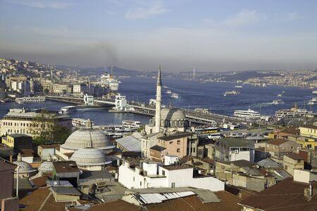 Rustem Pasa Moschee mit Galata und der Bosporus-Brücke in der Nähe von Goldene Horn Hintergrund Blick in Eminönü Istanbul Standard-Bild - 54013781