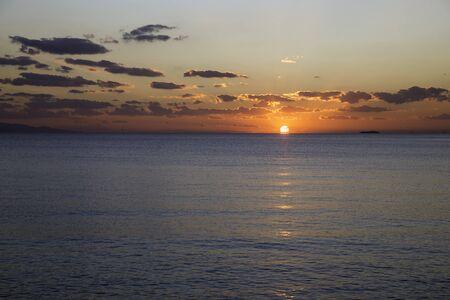 Malerischer Blick auf den Sonnenuntergang über dem Meer mit Wolken Standard-Bild - 50491762