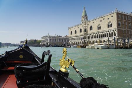 Blick von der Gondelfahrt während der Fahrt durch die Kanäle mit San Marco Bezirk Hintergrund in Venedig Italien Standard-Bild - 50491767