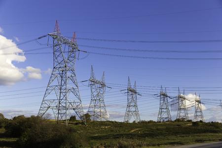 Viele Hochspannungs-Strommasten mit blauer Himmel Hintergrund Standard-Bild - 50491774