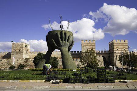 Frieden und Kultur Statue und Ruinen der alten Festungsmauer des Belgradkapi Standard-Bild - 54013828