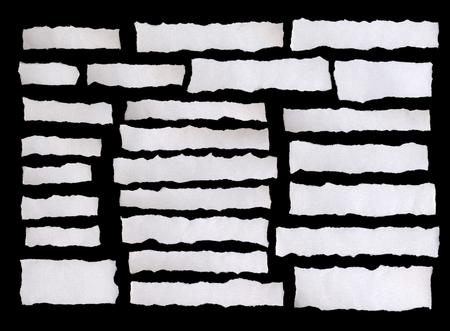 oude krant: Het verzamelen van wit papier tranen, geïsoleerd op een zwarte achtergrond. Stockfoto