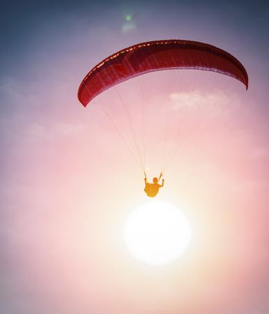 fallschirm: Gleitschirmfliegen in den Himmel Lizenzfreie Bilder