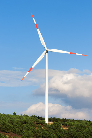 viento: Una turbina de viento en un parque e�lico Foto de archivo