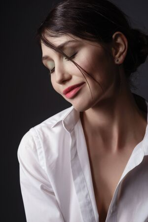 茶色の髪の官能的なブルネットのモデルの美しさの肖像画。 写真素材