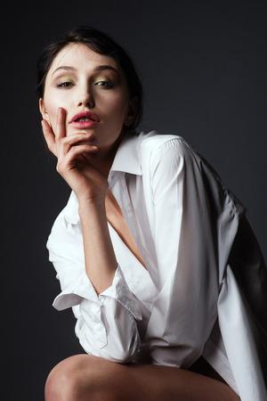 白いシャツと若いのゴージャスなモデル