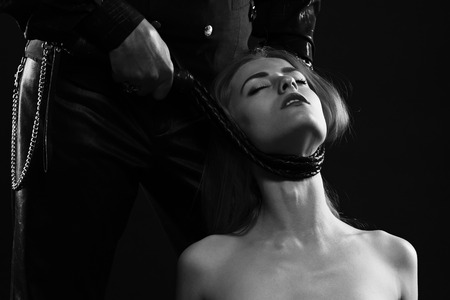 セクシーなカップル ゲーム。鞭で美しい若い女性の首を絞めて男
