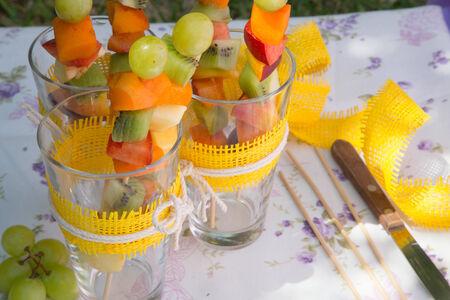 brochetas de frutas: Ensalada de frutas pinchos en las gafas Foto de archivo