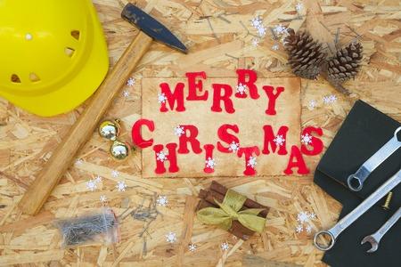 """Félicitation de Noël pour les hommes qui traitent des réparations. Inscription """"Joyeux Noël"""" Banque d'images - 34580273"""