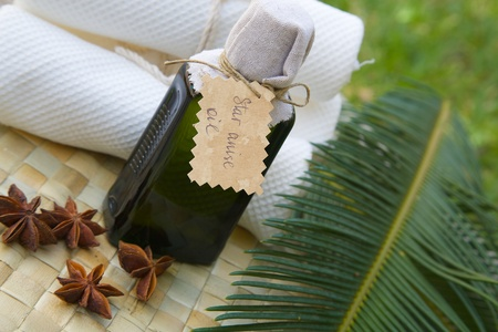 woven surface: Una botella de aceite de an�s estrellado en la superficie tejida Foto de archivo