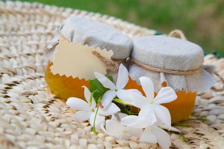 woven surface: Dos peque�os vasos de miel jasmin en la superficie tejida. Espacio libre para la inserci�n de un texto Foto de archivo