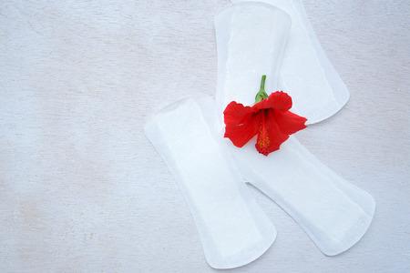 Codzienne wkładki higieniczne z czerwonego kwiatu hibiskusa na nich. Zdjęcie Seryjne