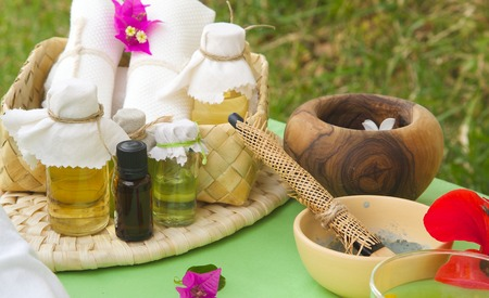 masaje facial: Mesa de Spa con productos de cuidado de la piel:, aceites esenciales, m�scaras faciales de arcilla esot�ricas