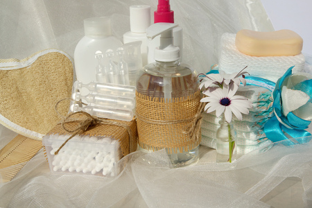 physiological: Conjunto de Higiene para un beb�: jab�n l�quido, bastoncillos de algod�n, ducha, pa�ales, discos de cosm�ticos, jab�n, gel, loci�n, antis�ptico l�quido fisiol�gico.