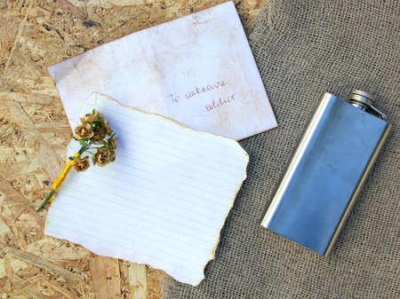 papier a lettre: Une lettre de soldat inconnu, roses en papier, ballon de la hanche, l'espace libre d'un texte. Contexte Banque d'images