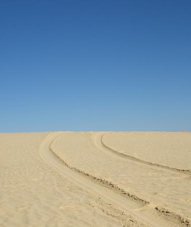 desierto del sahara: Neumáticos de automóvil pistas en una superficie de arena en el desierto del Sahara Foto de archivo