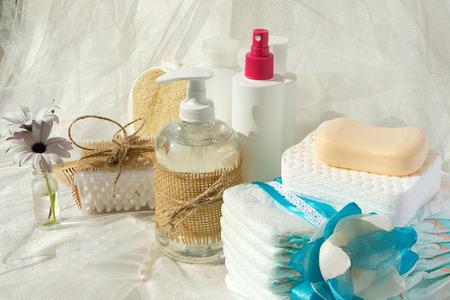 jabon liquido: Conjunto de Higiene para un bebé: jabón líquido, bastoncillos de algodón, ducha, pañales, discos de cosméticos, jabón, gel, loción, antiséptico líquido fisiológico.