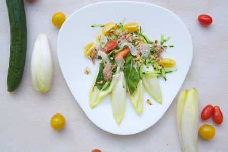 escarola: La vitamina ensalada de invierno: escarola, r�cula, at�n, nueces de madera de cedro, tomates cherry, queso parmesano, pepino. Fondo