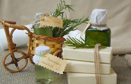 olio corpo: Rosemary prodotti termali: olio essenziale, scrub corpo, olio di rosmarino, saponette Archivio Fotografico