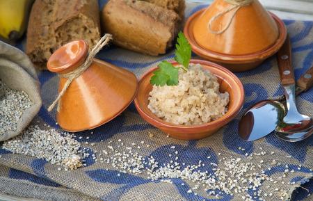 スポーツの栄養物: オオムギ穀物を煮た。タジンで提供しています。生大麦穀物、全粒パンとバック グラウンドでスプーン 写真素材 - 44597518