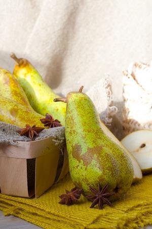 carotenoid: Peras verdes en un fondo de saco Foto de archivo