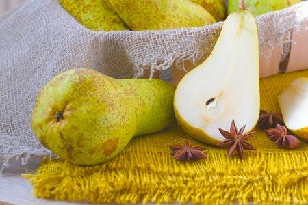 carotenoid: Peras en una decorativa cilicio y an�s estrella amarilla Foto de archivo