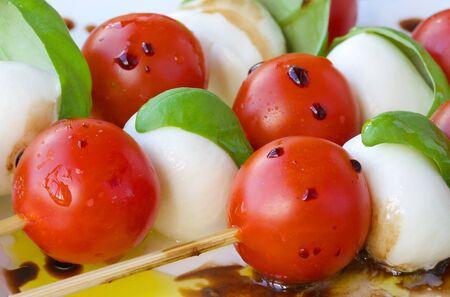 伝統的なイタリアのサラダ カプレーゼのサラダ串
