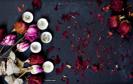 flores secas: flores secas, velas en un pizarrón negro. Fondo Foto de archivo