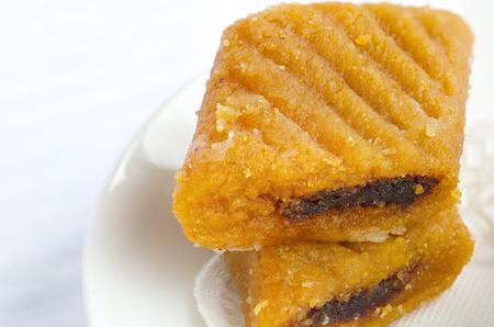Makroudh - 日付とアーモンド、伝統的な北アフリカ菓子アルジェリア、チュニジア、Libya.Closeup で食べる