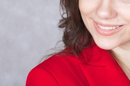 chaqueta: Una mujer joven encantadora sonrisa entre 30 y 40 años de edad. Foto de archivo