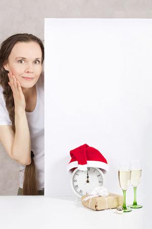 Młoda pani od 30 do 40 lat w Santa Claus kapelusz Zdjęcie Seryjne