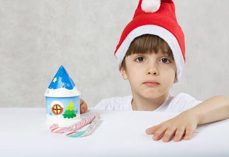 Chłopiec sześć lat ubrani w Santa Claus Zdjęcie Seryjne