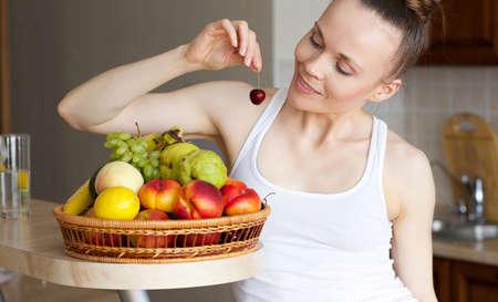 Młoda kobieta satysfakcjonuje świeże owoce