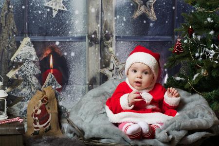 Córeczka 8 miesięcy w pobliżu choinki