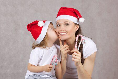 Matka i syn w kapeluszach Santas