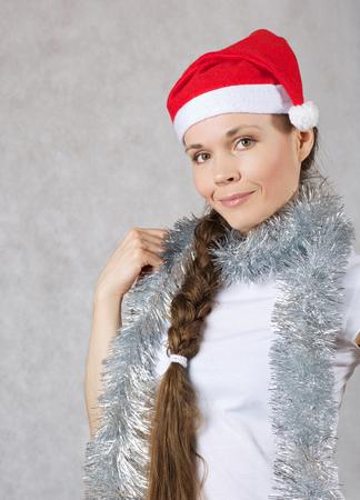Młoda dama w kapeluszu Mikołaje. Wolne miejsce na tekst.