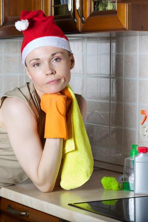 Młoda sprzątaczka w kuchni