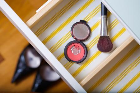 Offene Schublade eines Frauenspiegeltisches. Nahansicht Standard-Bild - 97699032