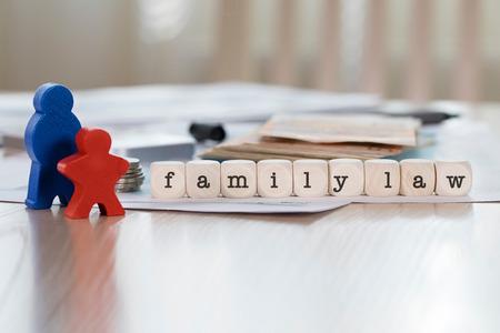 Parola DIRITTO DI FAMIGLIA composta da lettere in legno. Avvicinamento