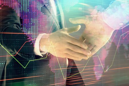 Multi blootstelling van forex grafiek en wereldkaart op abstracte achtergrond met twee zakenlieden handdruk. Concept van succes op internationale markten Stockfoto
