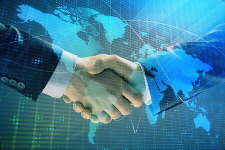 Mehrfachbelichtung der Weltkarte auf abstraktem Hintergrund mit zwei Geschäftsleuten Handshake. Konzept des internationalen Geschäfts Standard-Bild