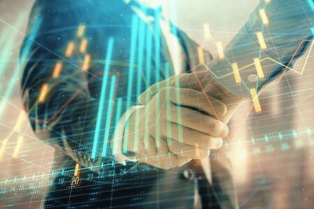 Doppelbelichtung des Finanzdiagramms auf Stadtbildhintergrund mit zwei Geschäftsmannhandshake. Konzept des Börsengeschäfts Standard-Bild