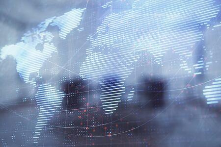 Podwójna ekspozycja hologramu kuli ziemskiej na tle sali konferencyjnej. Koncepcja biznesu międzynarodowego