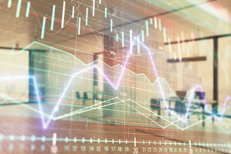 배경에 거래 데스크 은행 사무실 인테리어와 주식 및 채권 시장 그래프. 다중 노출. 재무 분석의 개념
