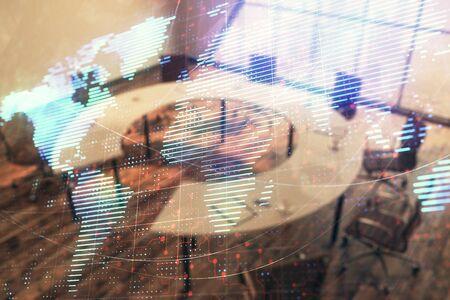 Doppelbelichtung des Globushologramms auf Konferenzraumhintergrund. Konzept des internationalen Geschäfts Standard-Bild