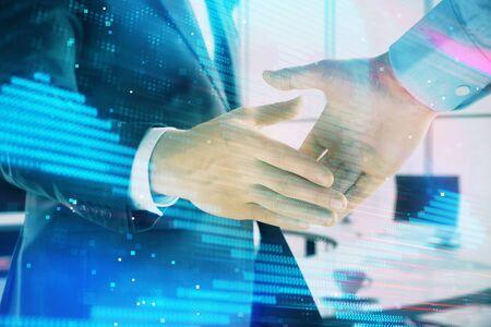 Double exposition de l'hologramme de thème de piratage sur fond de bureau avec une poignée de main de deux hommes. Concept de sécurité des données