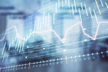 Grafico del mercato azionario con l'interno dell'ufficio della banca di trading desk sullo sfondo. Esposizione doppia. Concetto di analisi finanziaria Archivio Fotografico
