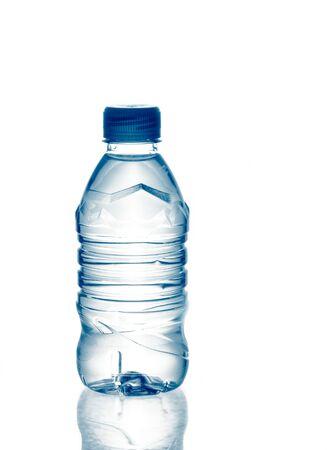 purified: primavera purificado de agua mineral en botella con reflexi�n