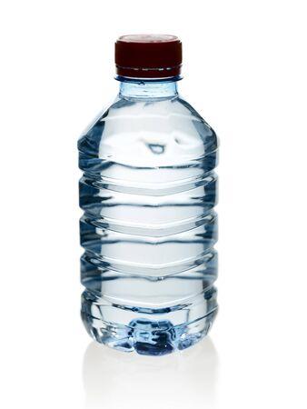 purified: Agua purificada de primavera en la botella con la reflexi�n  Foto de archivo